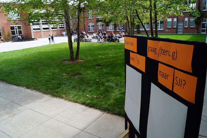 Leerlingen krijgen vandaag de kans om boodschappen op te schrijven op een groot bord aan de ingang van de speelplaats