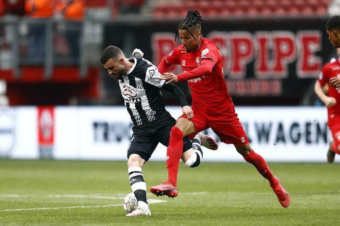 FC Twente-speler Tyronne Ebuehi (rechts) in duel met Heracles-speler Rai Vloet.
