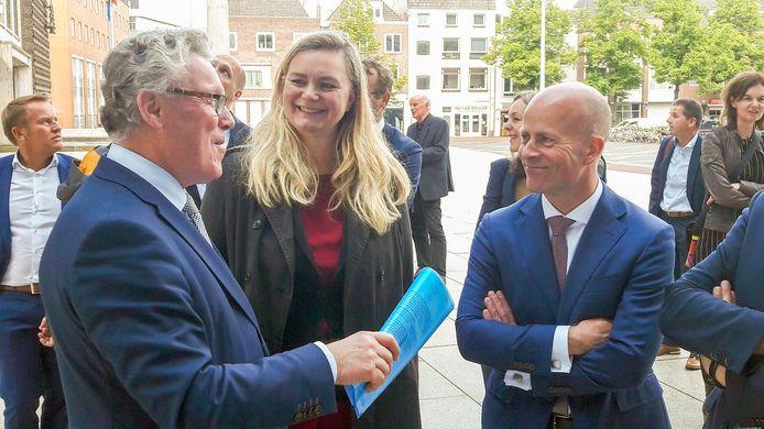 Staatssecretaris Raymond Knops (rechts) en Arnhems wethouder Cathelijne Bouwkamp laten zich bijpraten door Gelders gedeputeerde Jan Markink over de nieuwbouw van de provincie Gelderland.