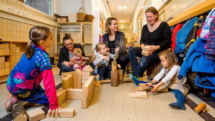 Ouders Laura Kwak (l) , Roswitha Abraham en Wieneke Gunneweg in hun vrijeschool.