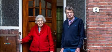 Strijdbare Joan (93) in verzet tegen afvalcontainer: 'Overheid wil gewoon niet luisteren naar burgers'