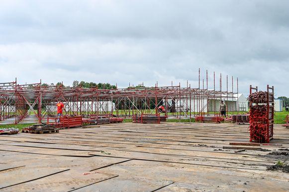 Op het festivalterrein is de opbouw gestart.