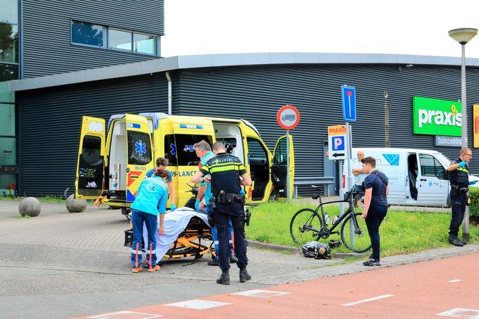 De wielrenner moest naar het ziekenhuis worden gebracht.