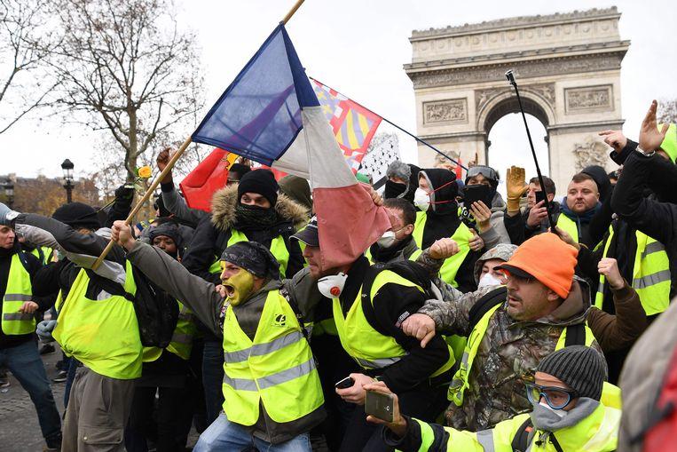 2018: boze Fransen gehuld in gele hesjes protesteren onder meer tegen de hoge belastingen. Beeld AFP