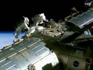 Astronauten leggen kabels aan het ISS