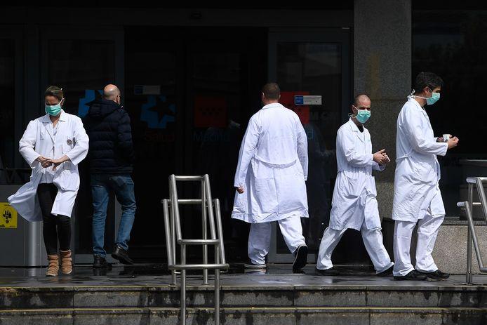 Medisch personeel aan het La Paz hospitaal in Madrid