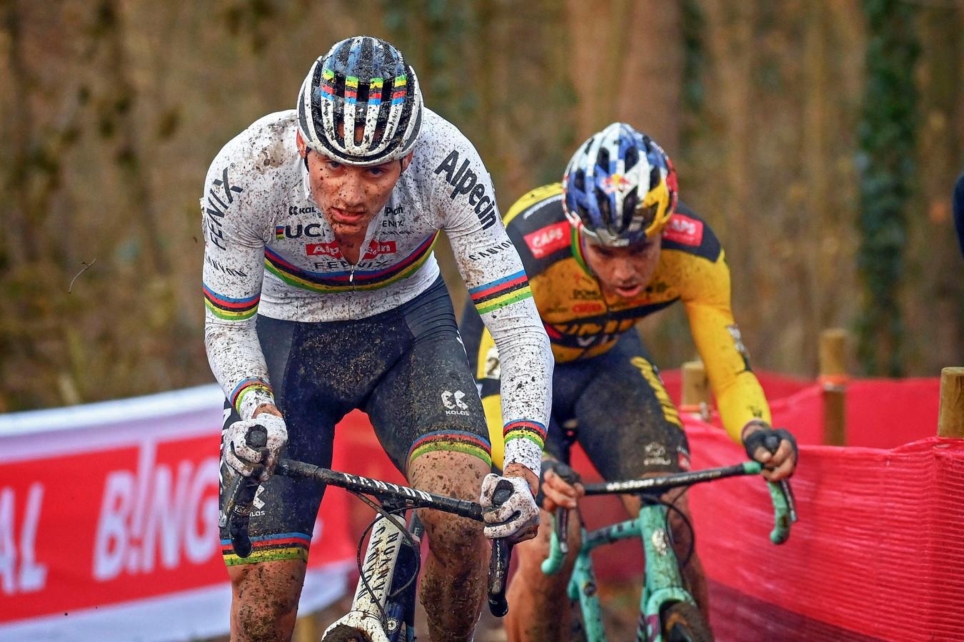 Mathieu van der Poel met Wout van Aert in zijn wiel bij de wereldbekerwedstrijd in het Belgische Namen.