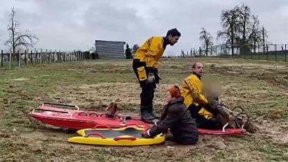 Drie vrouwen wijken van pad af tijdens wandeling en zakken in de modder, brandweer moet hen bevrijden
