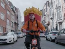 Spot fietskoerier met reuzengroot pak frieten en bestel gratis maaltijd online