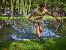 Bruggen? Overbodig! Adrien steekt staand op zijn skimboard het Rotterdamse water over en gaat viraal