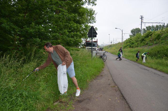 De leden van Groen Denderleeuw ruimen zwerfvuil op in de omgeving van de Thontlaan.
