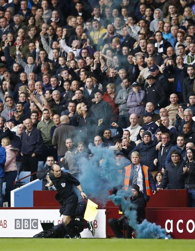De Spurs-fans gooiden een rookbom richting lijnrechter na de 0-1. Beeld PHOTO_NEWS
