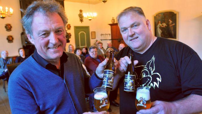 Prinsenhof-directeur Patrick van Mil (links) en Rol Katte van stadsbrouwerij De Koperen Kat maandagavond bij de presentatie van het Vermeer-bier.