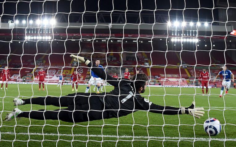 Keeper Alisson van Liverpool weet de penalty niet tegen te houden. Beeld EPA
