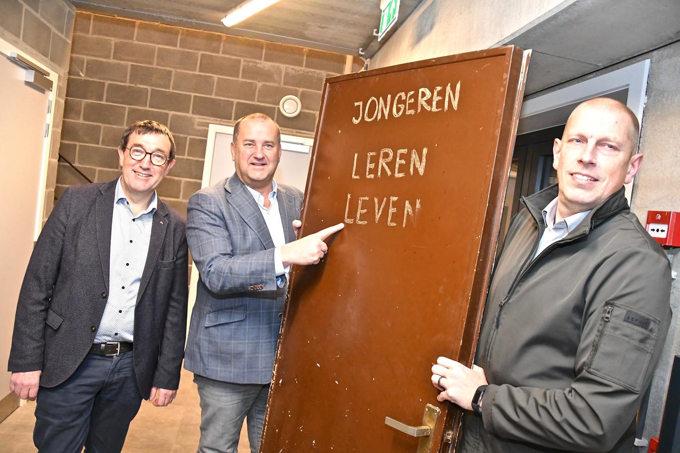 Opening jeugdhuis Jakkedoe - de stadsbestuurders braken de oude deur symbolisch open