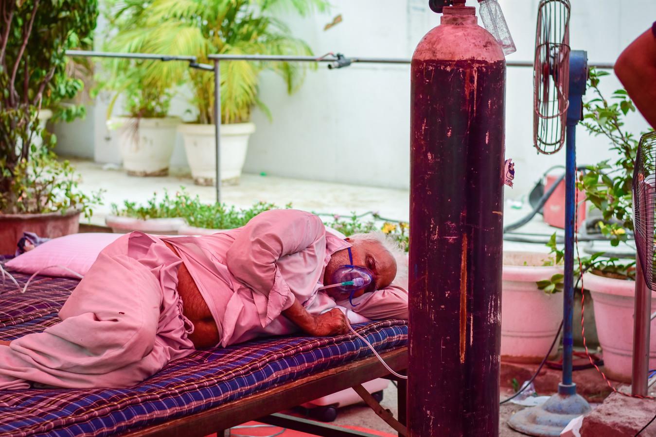Een Indiase coronapatiënt ligt aan een geïmproviseerd beademingsaparaat in de deelstaat Uttar Pradesh.