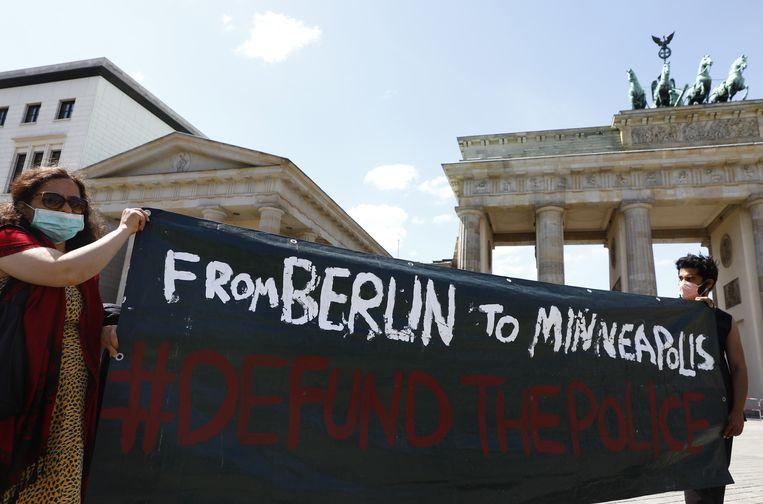 In Berlijn werd al volop geprotesteerd tegen politiegeweld in de VS, maandag is een demonstratie in Amsterdam gepland. Beeld EPA