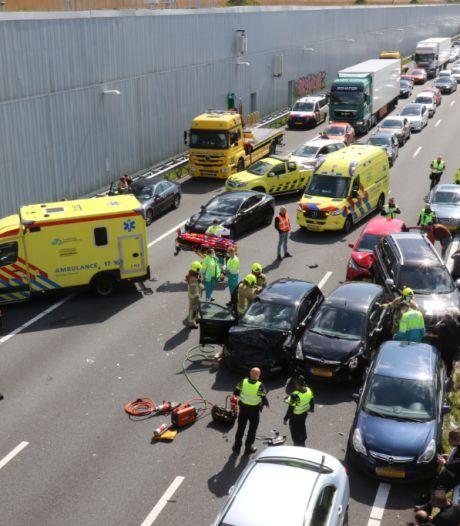 A4 bij Delft dicht voor verkeer na botsing met zeven auto's