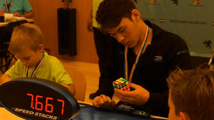 Owen (17) lost binnen 17 seconden een kubus op met één hand