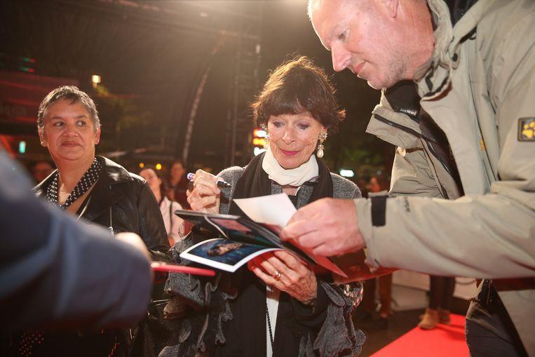Geraldine Chaplin deelt handtekeningen uit op de rode loper van Film Fest Gent.