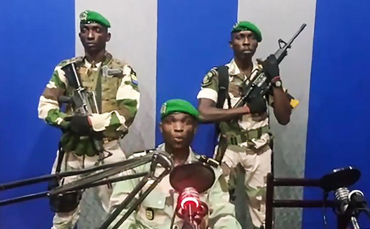 Gabonese soldaten roepen op tot opstand en kondigen de oprichting van een 'national restoration council' aan, terwijl President Ali Bongo het land uit is. De boodschap wordt via de radio verspreid.  Beeld AFP PHOTO / YOUTUBE