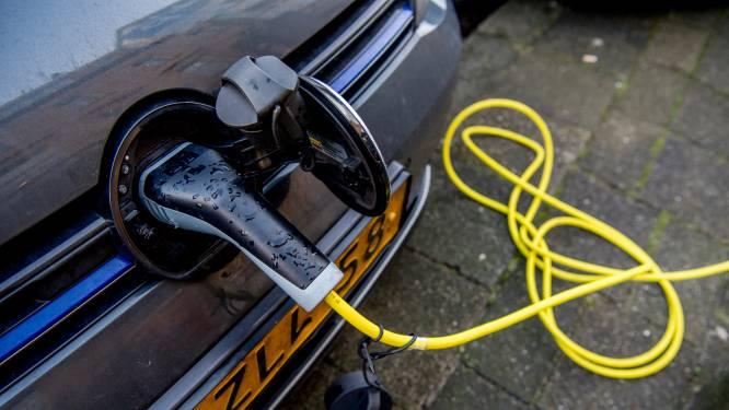 Elektrische auto opladen aan een straatlantaarn is een blijvertje in Schuytgraaf: honderden palen erbij