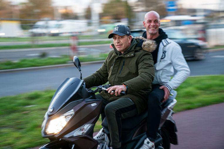 Michel Vis (voorop) op de scooter van zijn vriend  Martin (achterop), met wie hij een 'onwijze klik' heeft. Beeld Inge Hondebrink