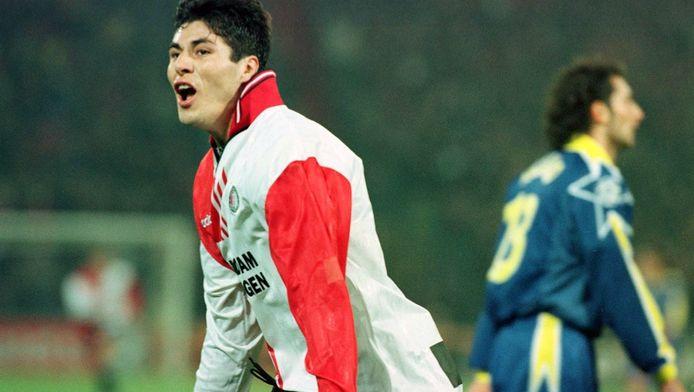 Julio Cruz juicht na een van zijn treffers tegen Juventus, gisteren 17 jaar geleden.
