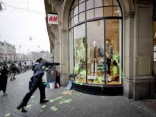 Extinction Rebellion bekladt H&M Rokin uit protest tegen 'greenwashing'