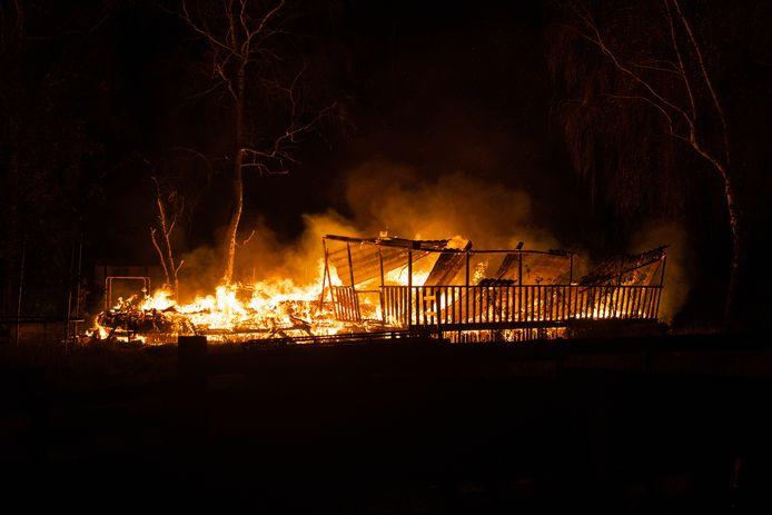 Brand op 't Haasje: voor de vijfde keer in twee en half jaar tijd fikt een chalet tot op de grond toe af.