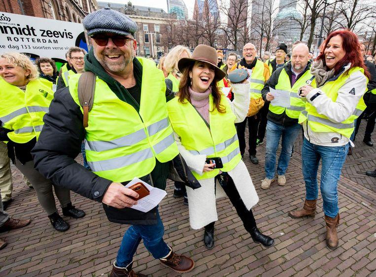 Columnisten Jan Dijkgraaf en Ebru Umar liepen mee in Den Haag. Beeld anp