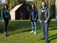 Een vloer van bamboe en muren van kurk: studenten bouwen huis met alleen maar natuurlijke materialen
