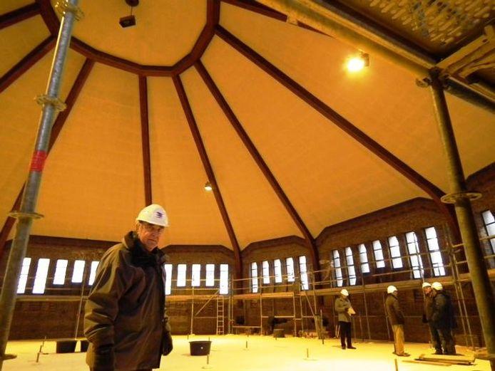 Bestuurslid John Maas van de Lievevrouweparochie boven in de koepel van de Lourdeskerk. Om het restauratiewerk mogelijk te maken, ligt er een tijdelijke vloer.foto's Jan van de Kasteele