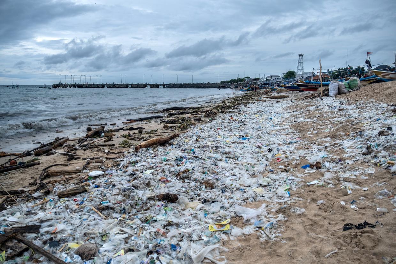 Aangespoeld plastic afval op een Indonesisch strand. Beeld Getty Images