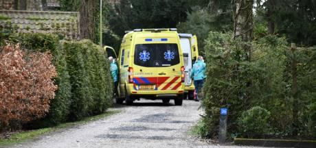 Persoon valt in Den Ham door dak van bungalow: met spoed naar ziekenhuis