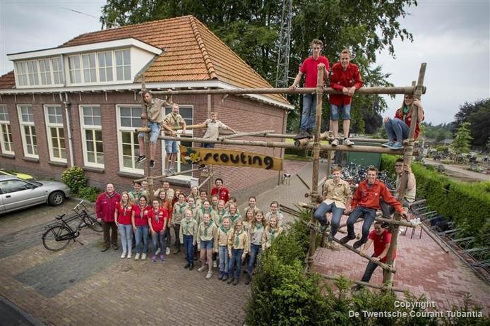 Scouts bij de openingspoort van hun clubgebouw