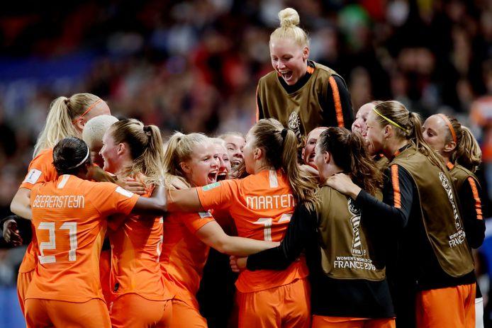 Danique Kerkdijk torent boven de andere speelster van Oranje uit nadat het Nederlands elftal zich heeft geplaatst voor de kwartfinales van het WK.