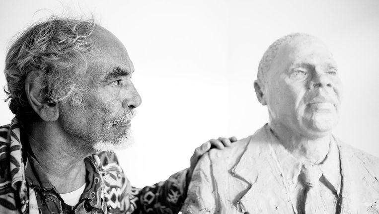 Erwin de Vries met zijn beeld van Pa Sem, held tijdens de Bijlmerramp Beeld Ruud van Zwet
