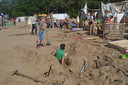 De kinderen van JVW Ravenstein verfraaien hun tenten.