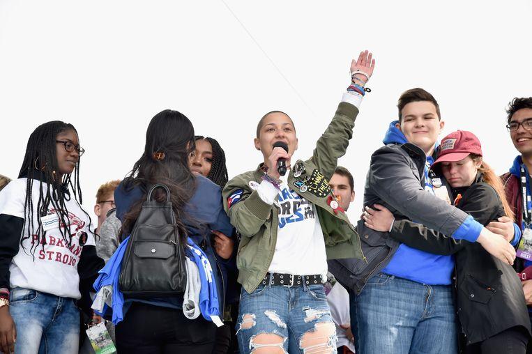 Emma González met medeleerlingen op het podium van de March for Our Lives in Washington. Ze zegde politici de wacht aan naar aanleiding van een schietpartij op haar middelbare school in Florida. Beeld Getty Images for March For Our Lives