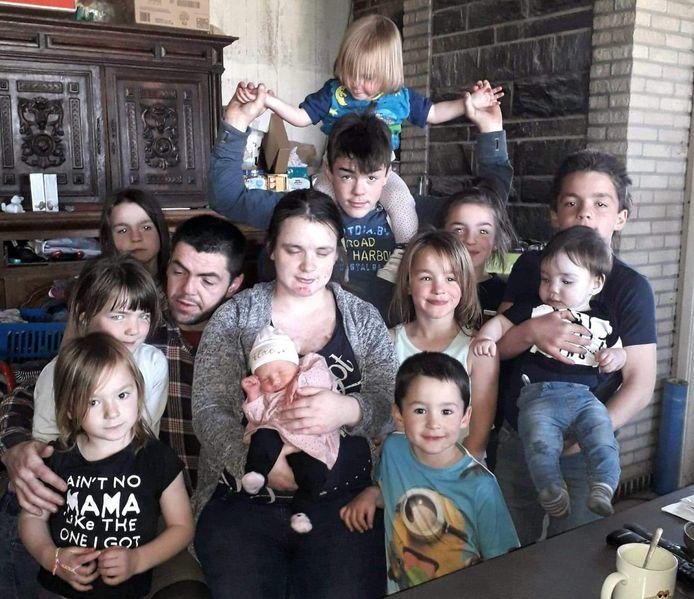 Het voltallige gezin Vaneeno, met alle elf de kinderen. In april 2022 komt er nog een twaalfde spruit bij.