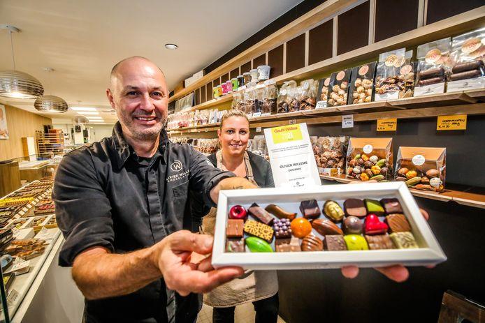 Chocolatier Olivier Willems en zijn partner Inge Richir met enkele pralines.