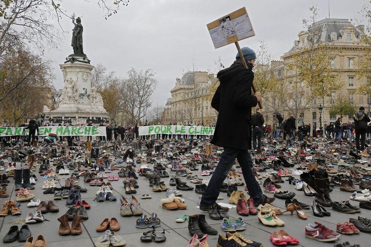 Demonstranten hebben honderden schoenen geplaatst op het Place de la Republique in Parijs om aandacht te vragen voor het klimaat. Een geplande protestmars werd verboden na de aanslagen in de Franse hoofdstad. Beeld ap