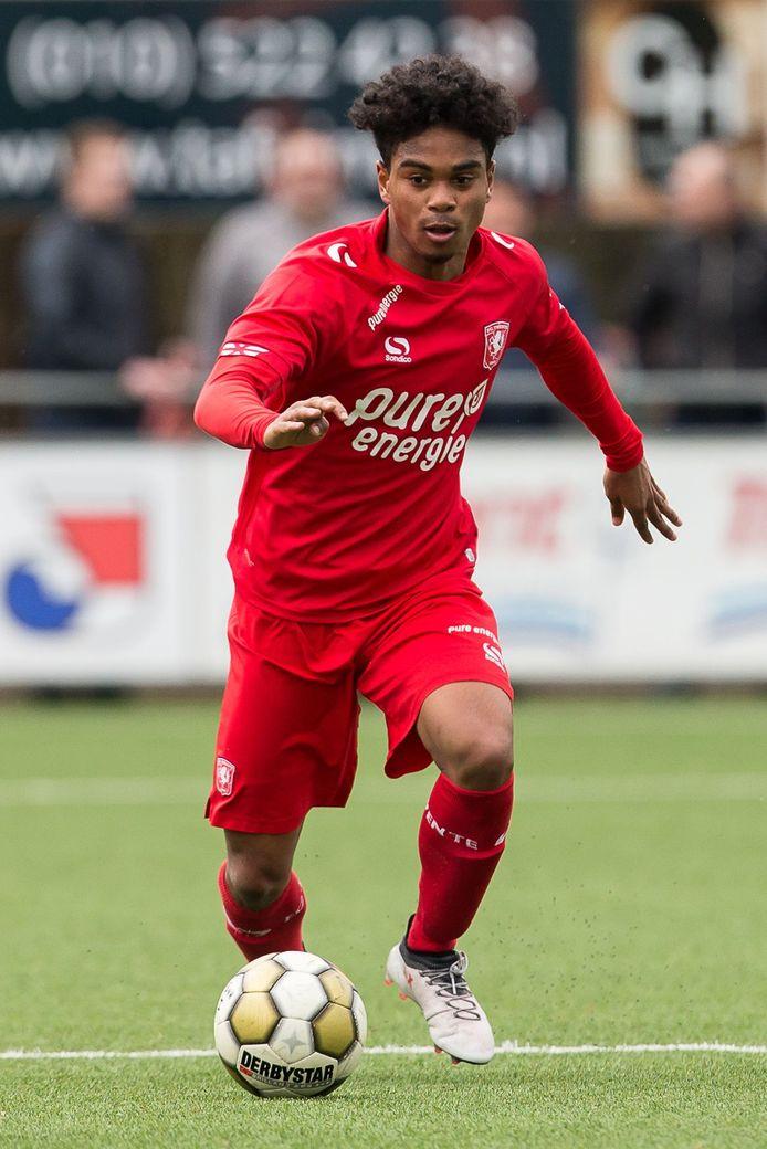 Godfried Roemeratoe is van origine een middenvelder, maar speelde vorig seizoen vooral als back. Net als zijn broers Renzo en Milton bij Vlissingen.