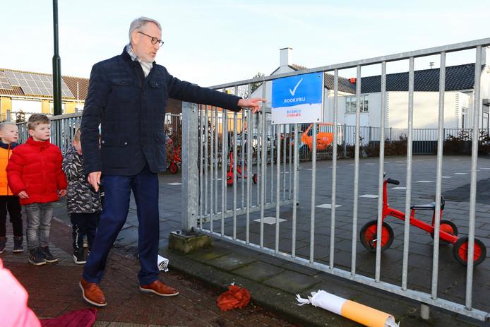 Wethouder Theo Boerman onthulde donderdag het eerste verbodsbordje op de Rehobothschool.