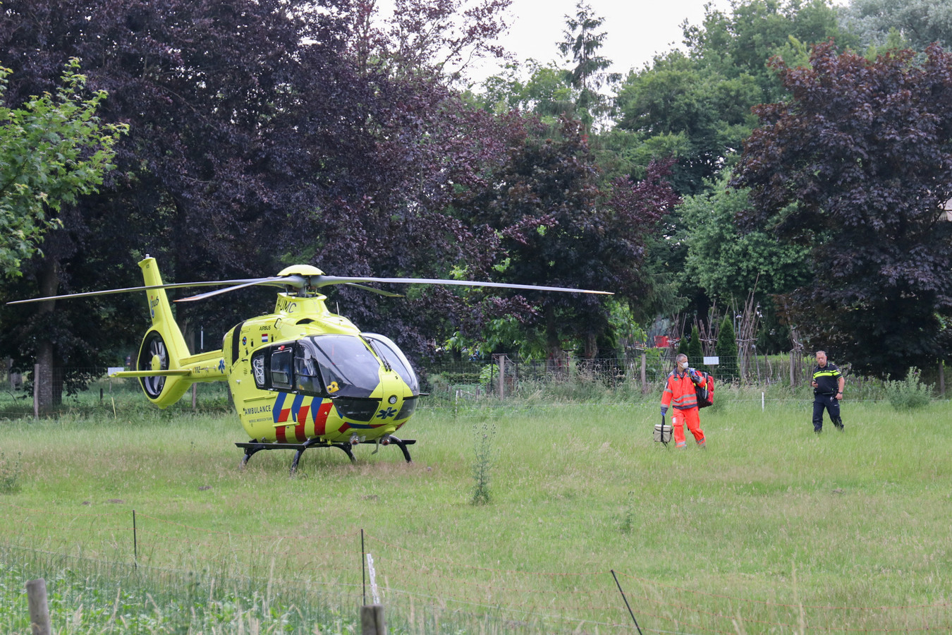 Een traumahelikopter landde dichtbij het ongeluk.
