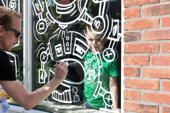 Maurice van Lier, alias Jan Doodle verrast jarige kinderen met een gratis raamtekening.