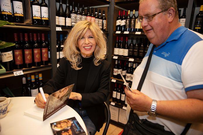 Bonnie St Claire signeert bij slijterij Het Borreluur haar nieuwe boek  'Komt een vrouw bij de slijterij'.