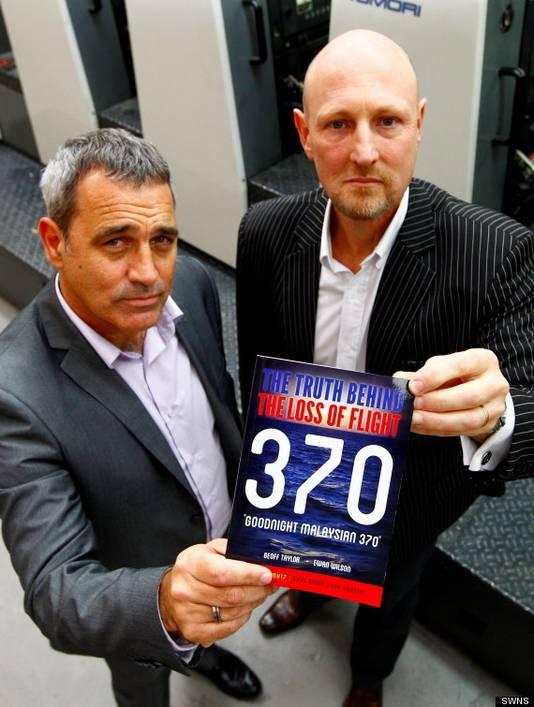 Onderzoeksjournalist Geoff Taylor (links) en luchtvaartexpert Ewan Wilson oordelen dat de piloot van vlucht MH370 de passagiers en crewleden opzettelijk zonder zuurstof zette en het toestel liet zinken in de oceaan.