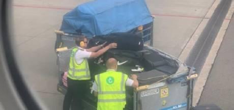 Piloten helpen noodgedwongen bij inladen bagage op Schiphol: 'Beste bewijs van groot personeelstekort'
